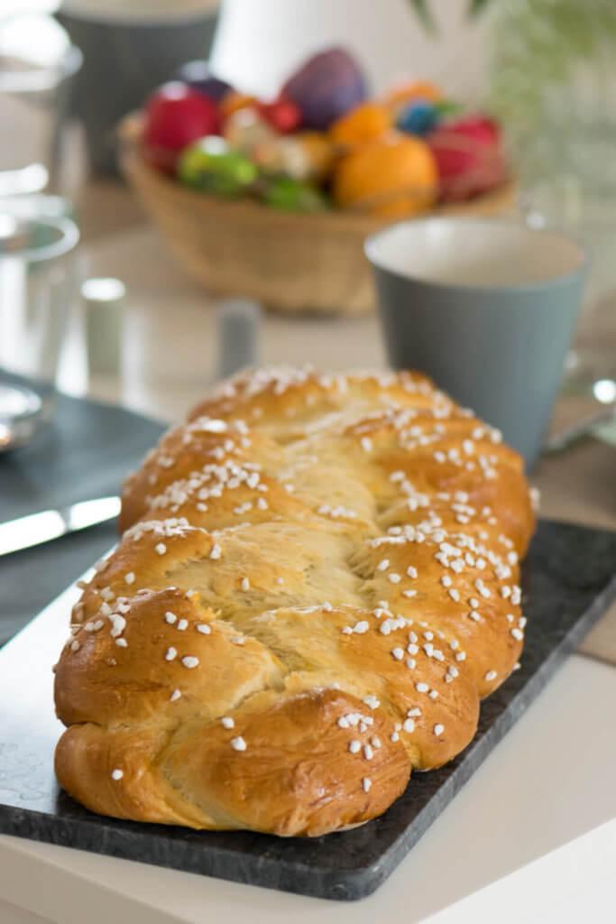 Für ein perfektes Osterfrühstück - selbst gebackener Hefezopf. Bereite den Hefeteig am besten am Vorabend vor.
