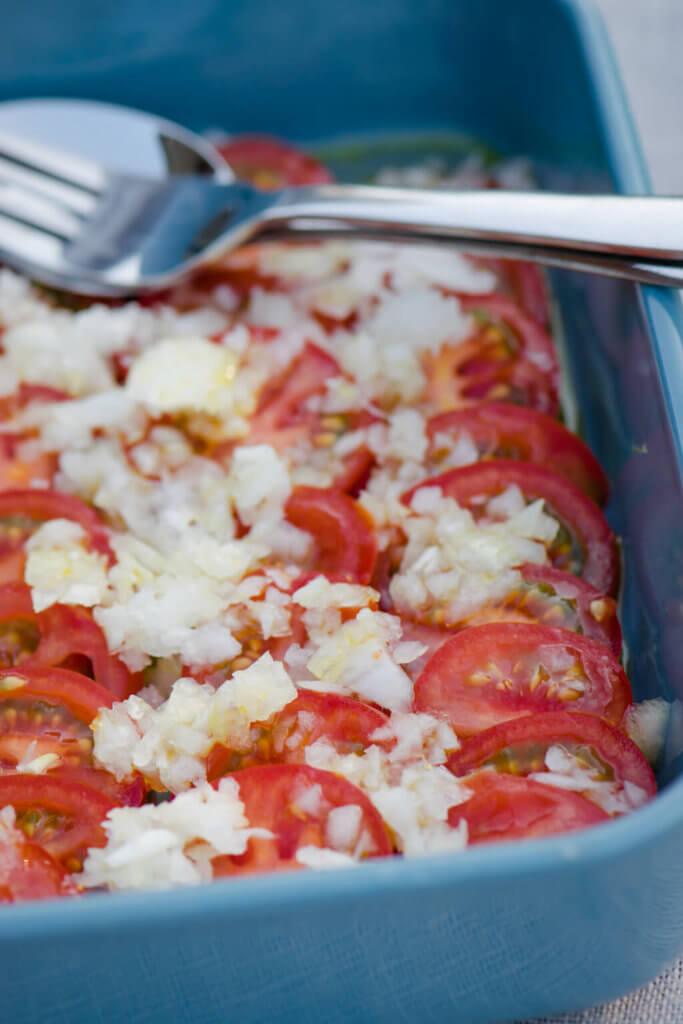 Einfacher geht es nicht - Tomaten Salat mit Zwiebeln und schnellem Öl Dressing