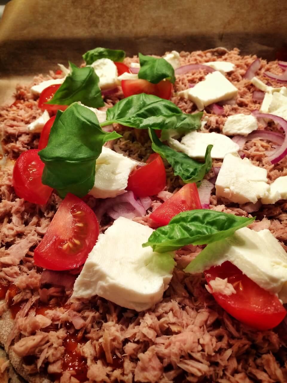 Vollkornpizza mit Thunfisch, Mozzarella und Tomaten