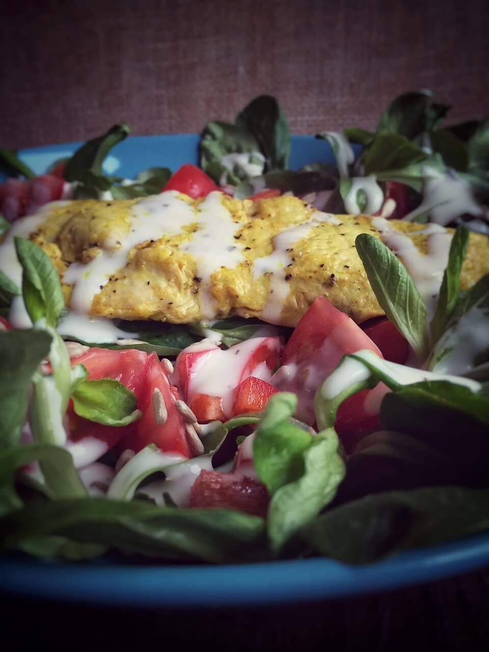 Dampfgegartes Putensteak mit Feldsalat