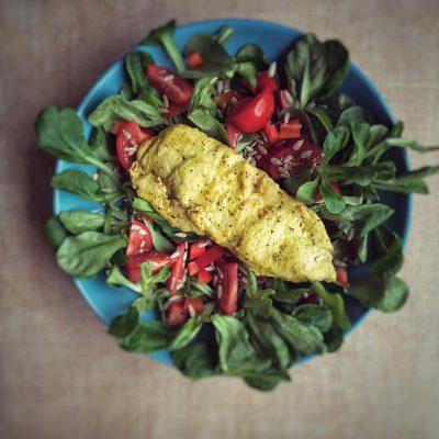 Dampfgegartes Putensteak mit Feldsalat und rotem Gemüse