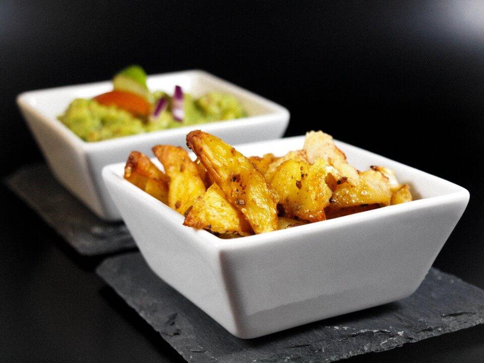 Knusprige Parmesan Kartoffel Spalten mit Guacamole