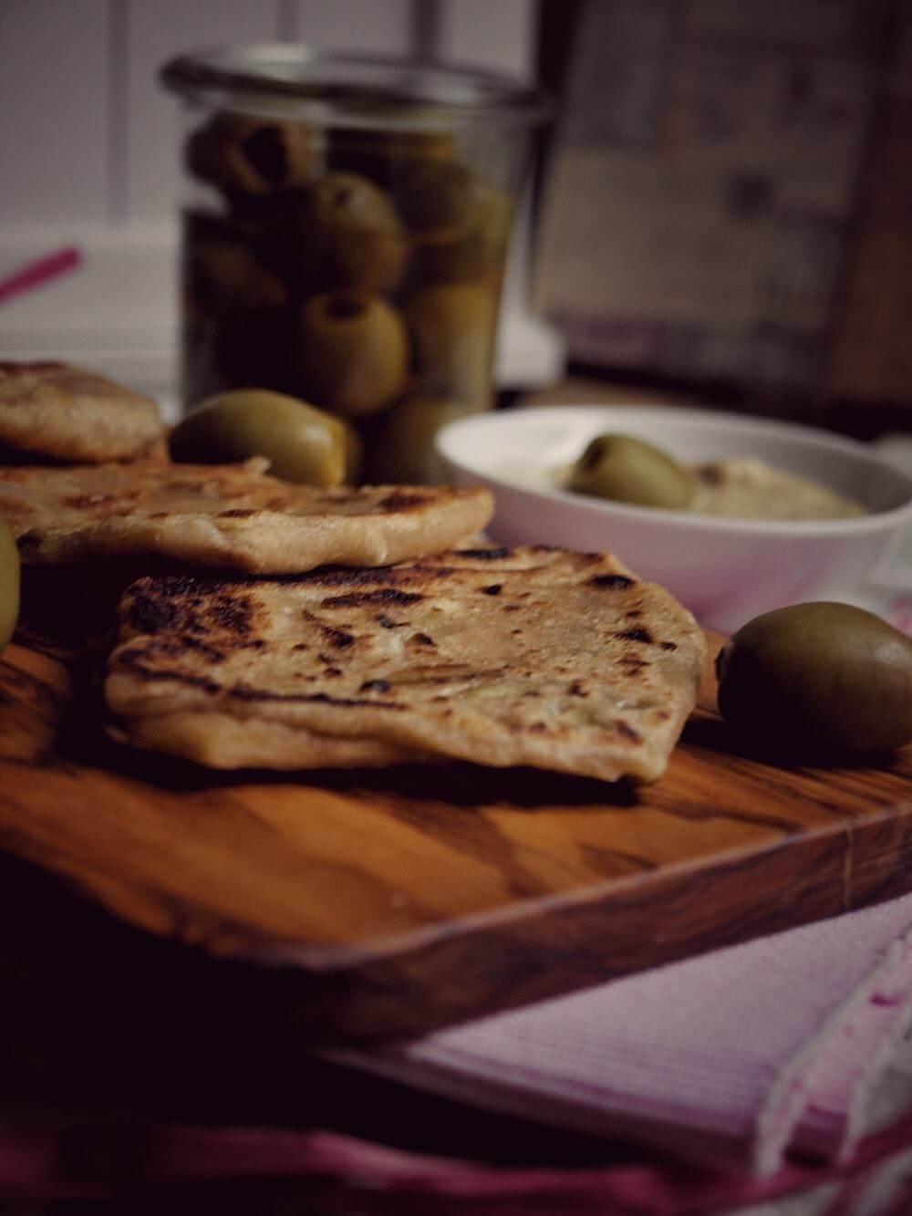 Bestes Rezept für Hummus zu kleinen Dinkel Fladen mit Oliven
