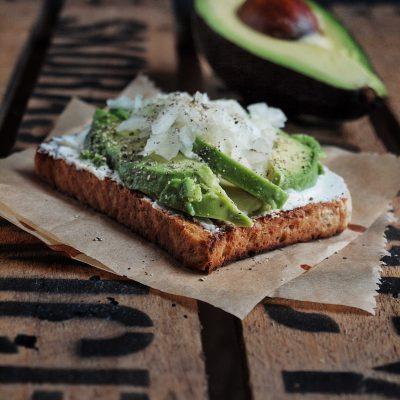 Bestes Frühstück der Welt – Avocado Toast mit Frischkäse, Zwiebeln und Balsamico Creme