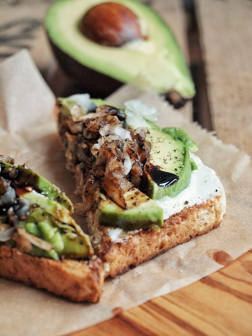 avocado toast mit frischk se zwiebeln und balsamico creme. Black Bedroom Furniture Sets. Home Design Ideas