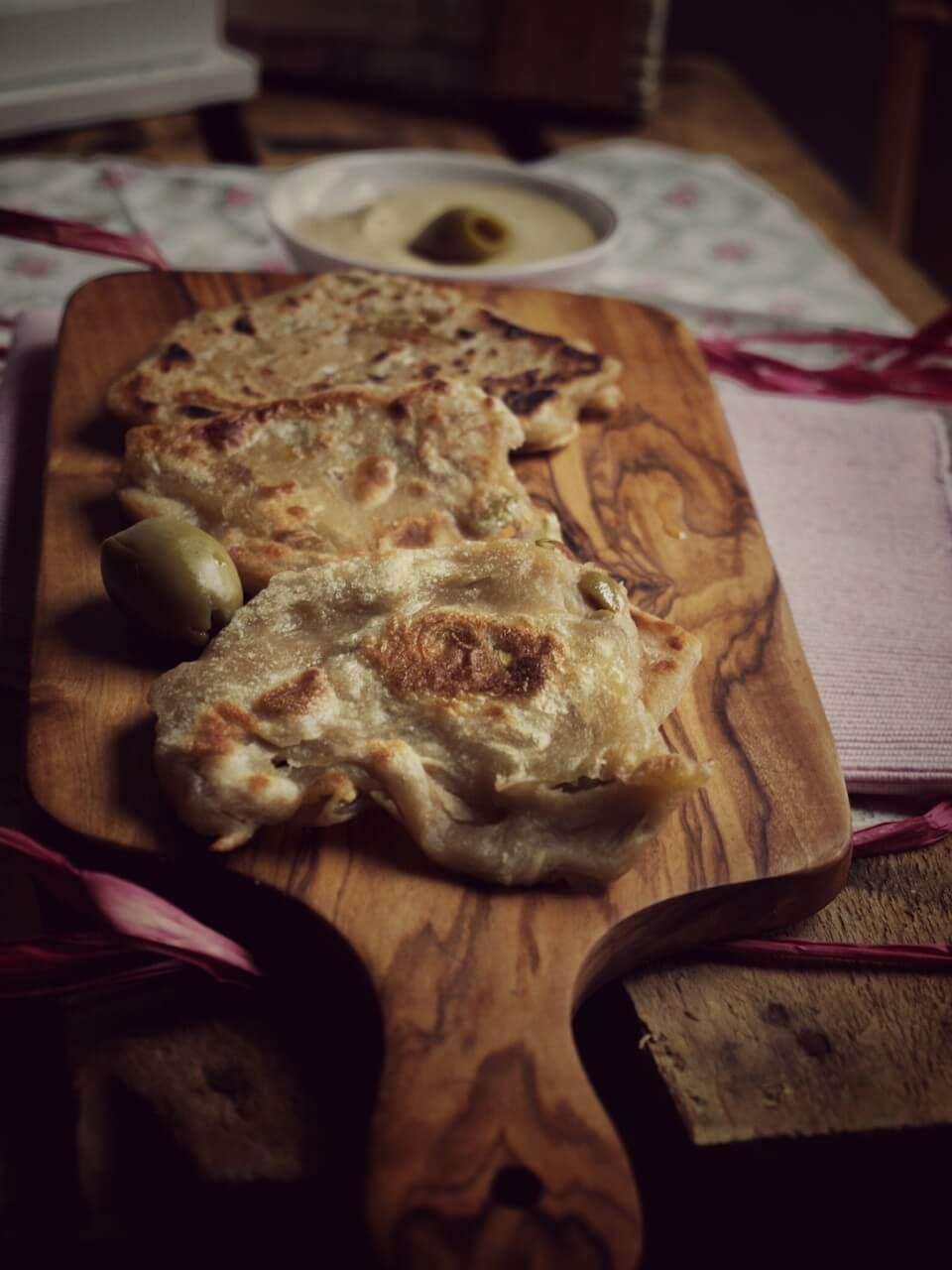 Einfaches Rezept für Hummus mit Knoblauch+Zitrone dazu gibt es Dinkel Fladen