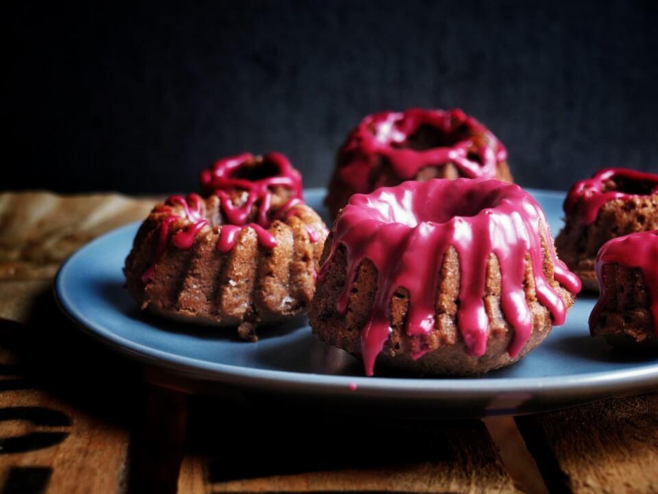feine saftige Rotweinkuchen mit Schokolade, Mandeln und Zimt.