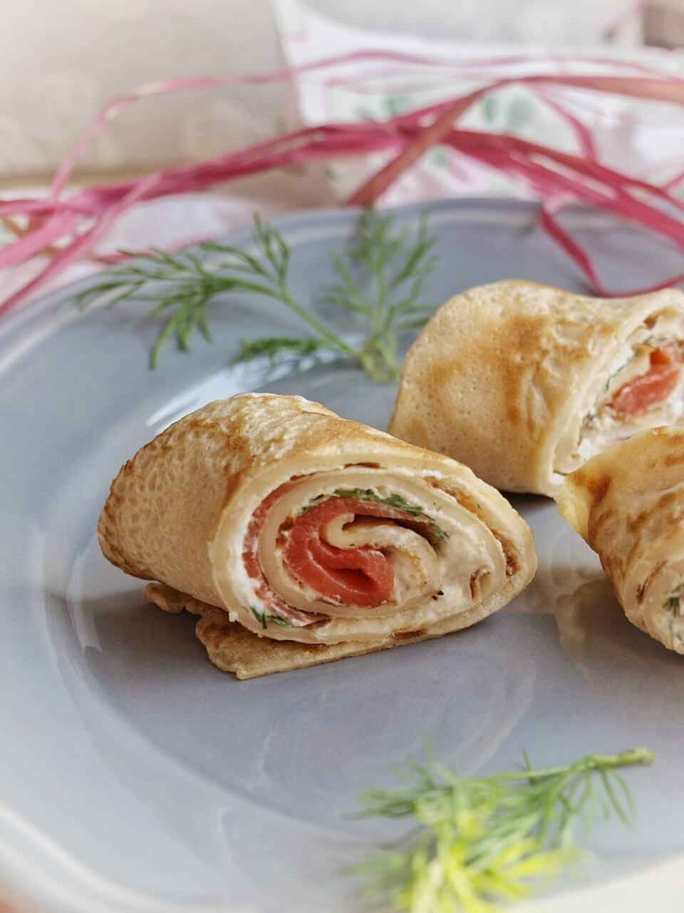 Lachsröllchen mit Frischkäse, Meerrettich und Dill - gerollte Dinkel Pfannkuchen mit Lachs