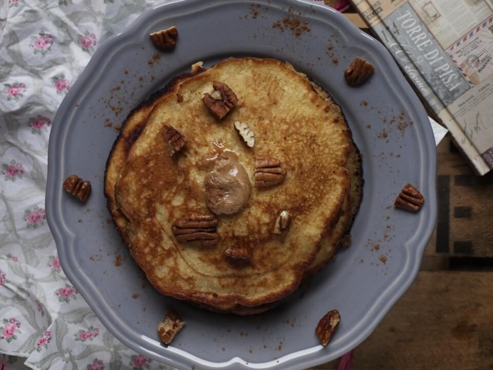 amerikanische Pancakes mit Ahornsirup Zimt Butter und Pecannüssen