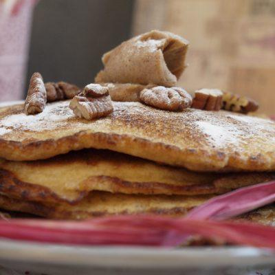 Amerikanische Pancakes mit Zimt Butter und Pecannüssen (sponsored)