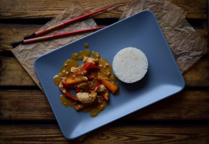 Erdnusssauce mit buntem Gemüse, Geflügel und Reis