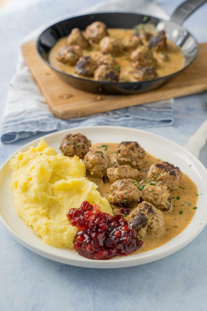 Köttbullar mit Rahmsauce, Kartoffelmus und Preiselbeeren