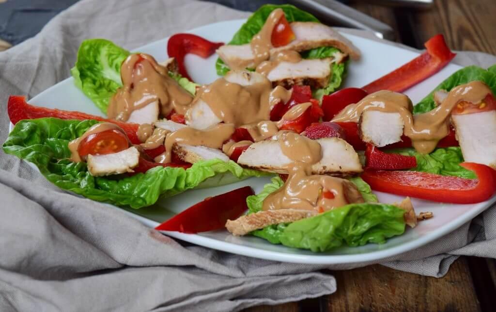 Salat Chicken Teriyaki und Erdnusssauce