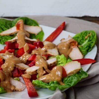 Salat mit Erdnussbutter Dressing oder Chicken Teriyaki und Erdnusssauce