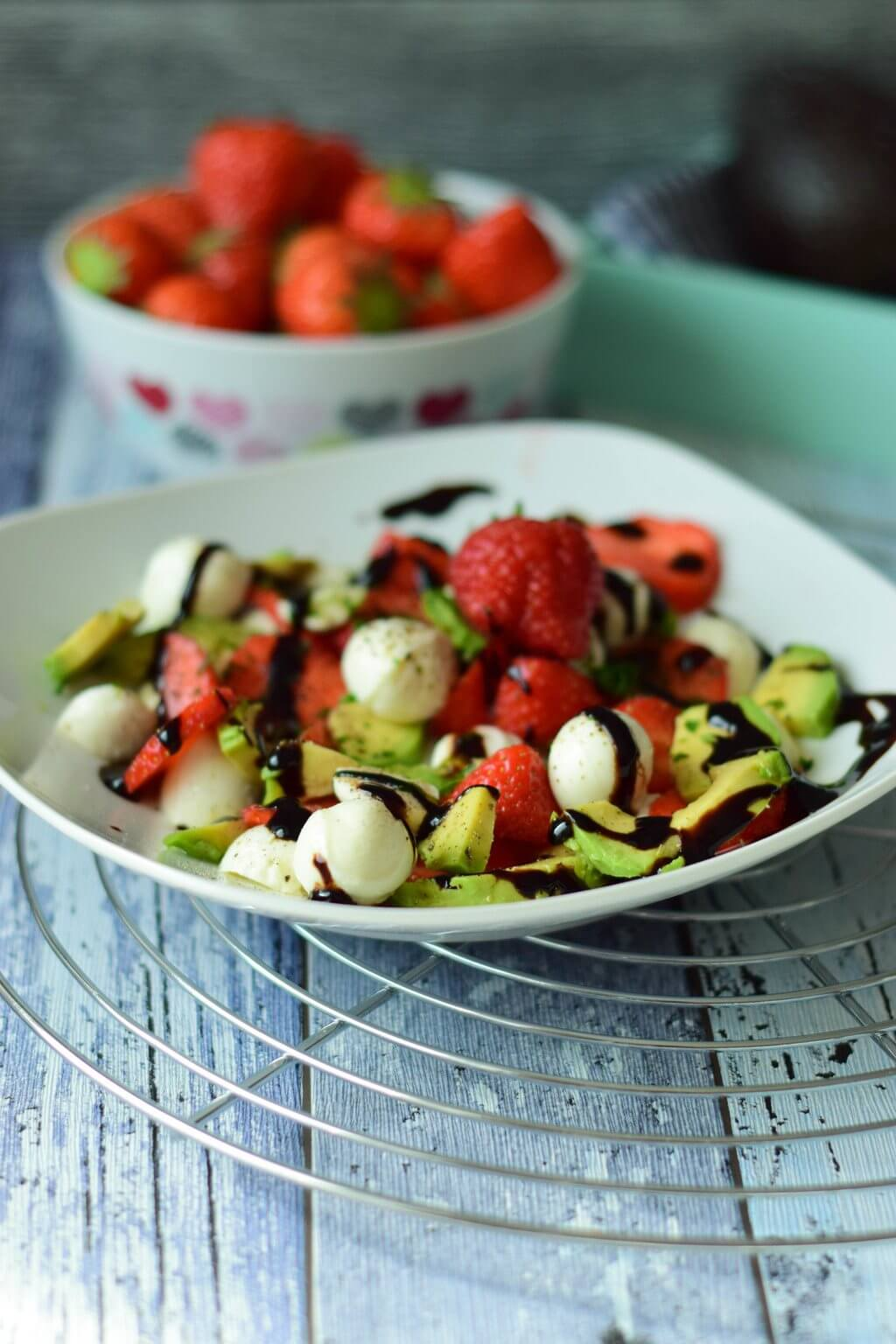 Erdbeer Avocado Salat mit Balsamico Creme