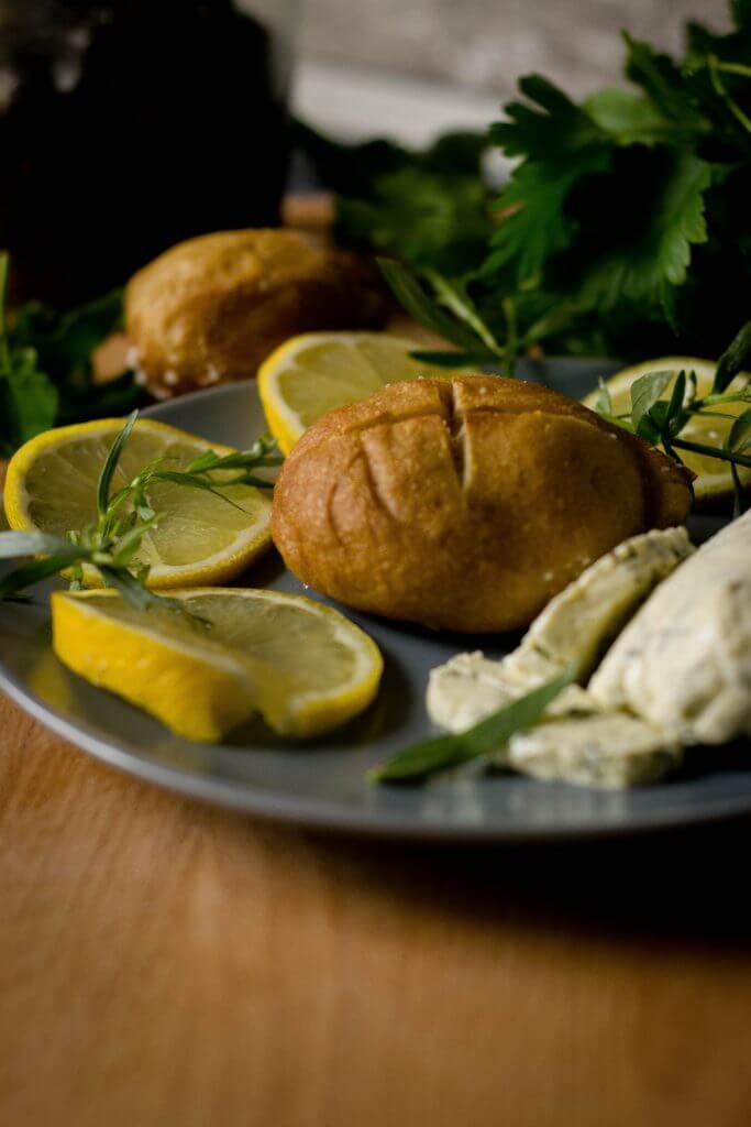 Zum Grillen gibt es Zitronen-Estragon Butter