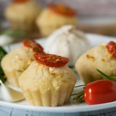 Gartenparty mit kleinen Foccacia Muffins mit Tomate und Rosmarin