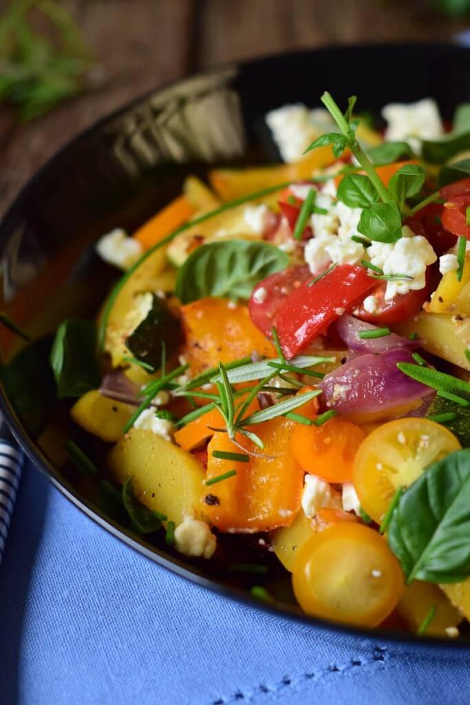 Ofengemüse mit neuen Kartoffeln, Feta und frischen Kräutern