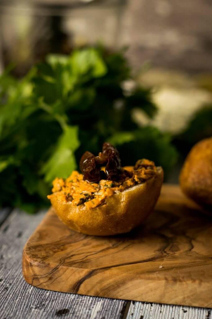 Aromatische Tomatenbutter mit Basilikum und Petersilie - perfekt zum Grillen