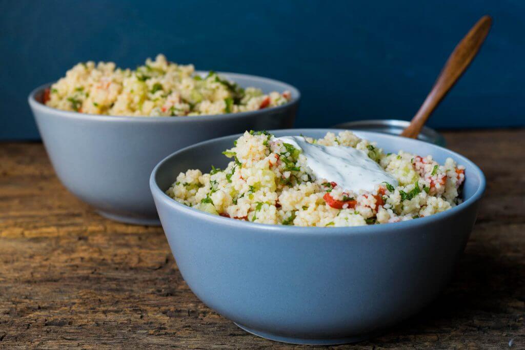 Bunter Couscous Salat mit Röstpaprika und Kräuter Dip