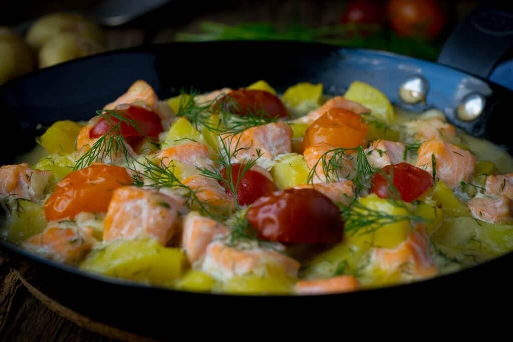 Cremige Kartoffel Lachs Pfanne mit Dill aus dem Backofen