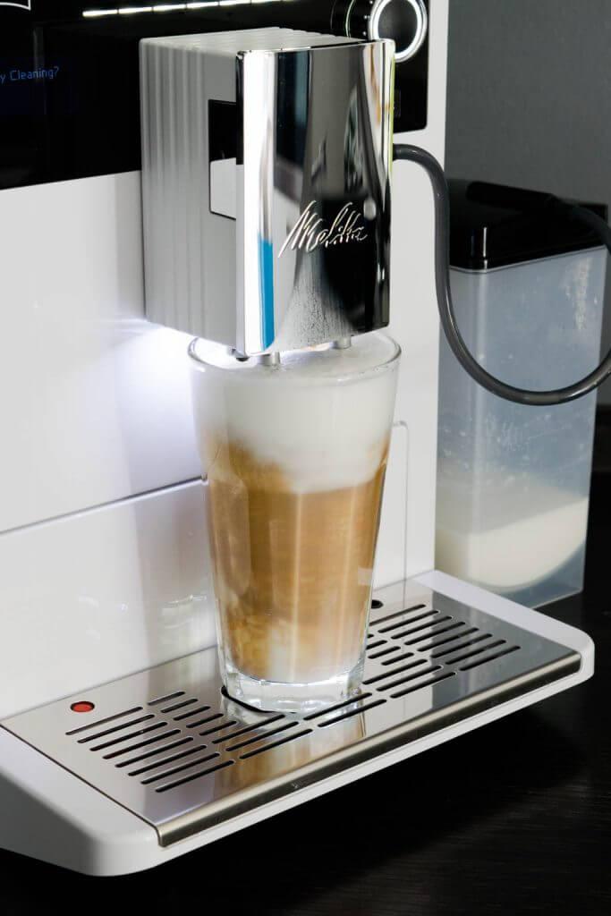 Latte Macchiato aus dem Kaffeevollautomaten