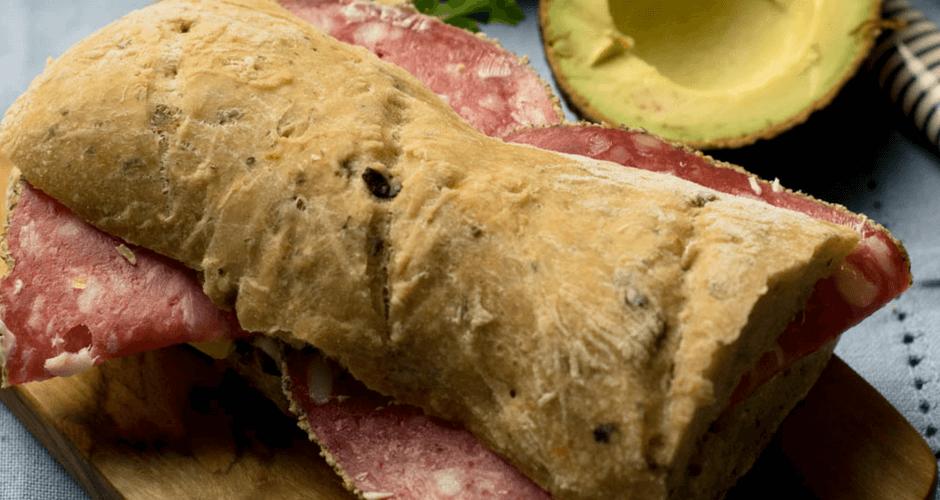 Grill Sandwich mit Avocado, Salami und Mozzarella