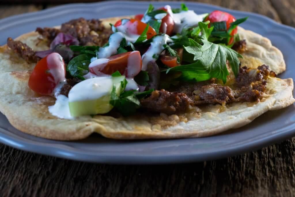 Türkische Pizza mit Hackfleisch und Knobi-Dip