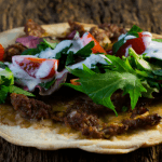Türkische Pizza mit Hackfleisch und Knoblauch-Dip