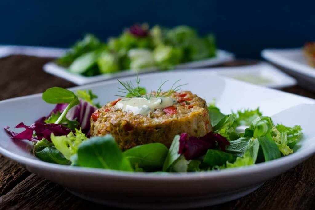 Leckere Thunfischmuffins mit Honig Senf Dip und Salat