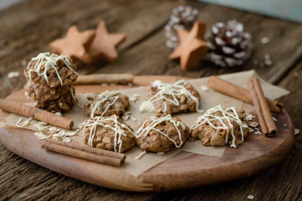 Knusprige Hafer-Zimt-Kekse mit weißer Schokolade