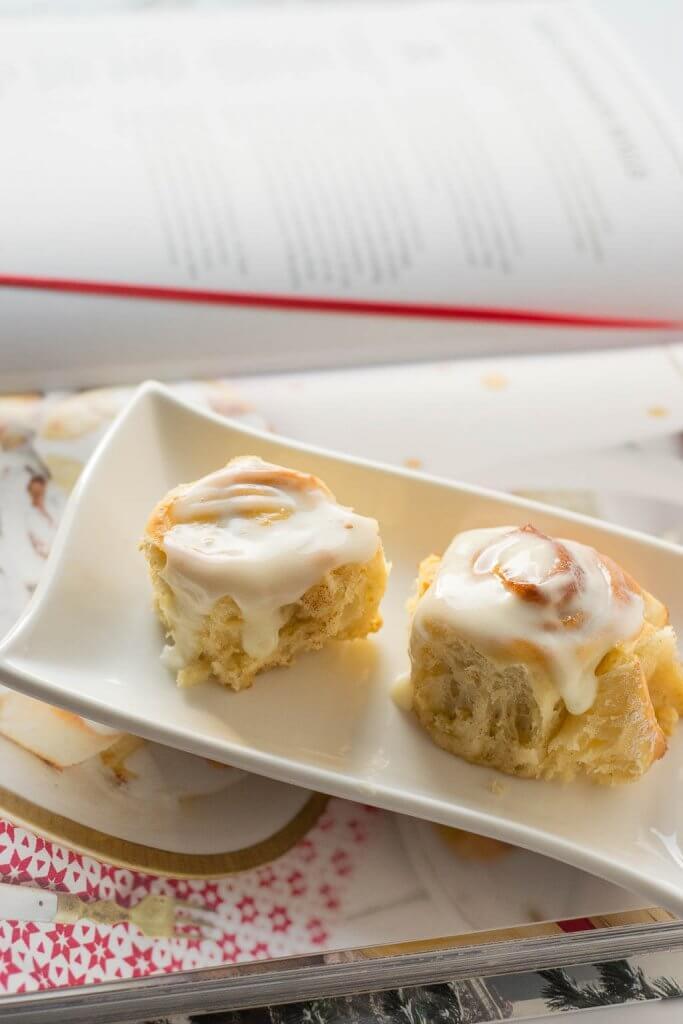 Sieht aus wie Zuckerguss, schmeckt aber noch viel besser dank Frischkäse, diese Zimtschnecken müsst ihr einfach probieren