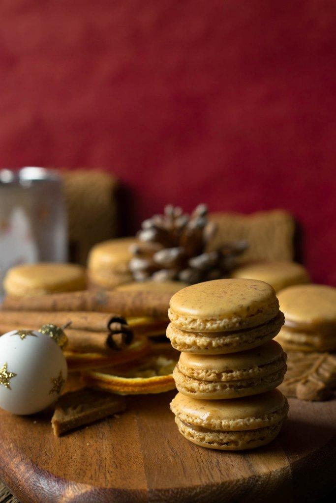 Spekulatius Macarons mit weißer Schokolade