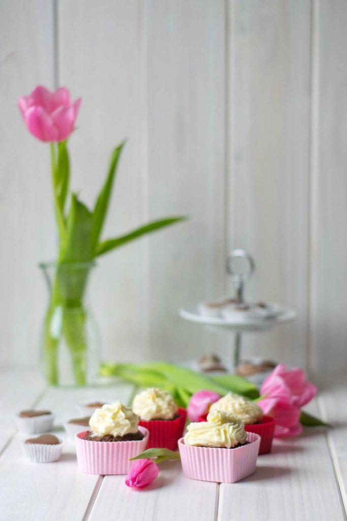 Schoko Cupcakes mit Buttercreme Topping und weißer Schokolade