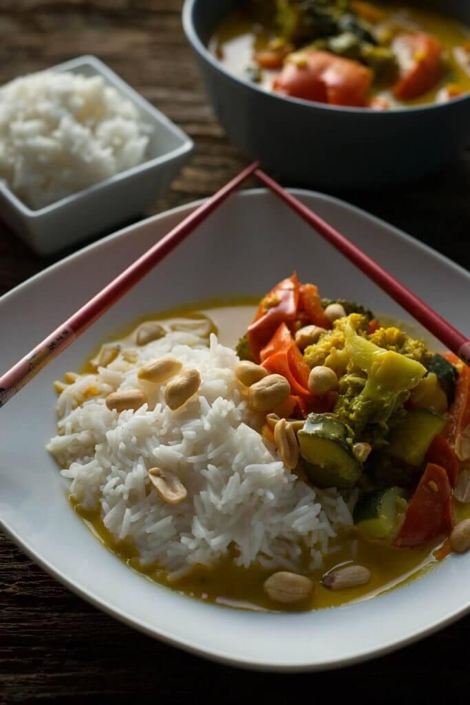 Gelbes Thai Curry - vegetarisch mit Erdnüssen und Reis
