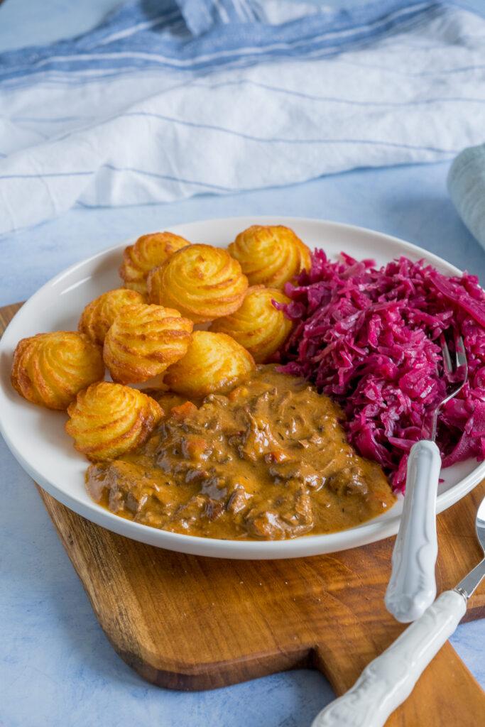 Gulasch kochen ist ganz einfach - super leckeres Gulasch ohne Pilze - mit Rotkohl und Kroketten