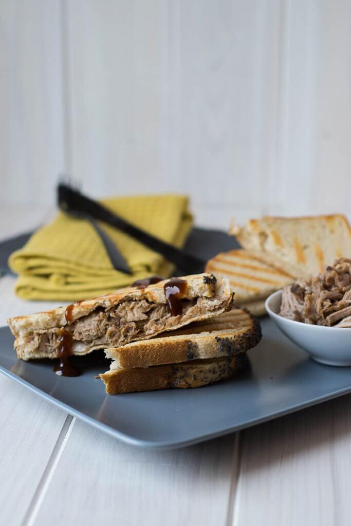 Super leckeres Pulled Pork Sandwich mit BBQ Sauce