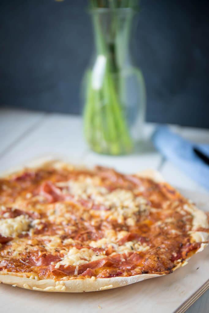 So lecker und so einfach zu backen - super dünner und mega knuspriger Pizzateig