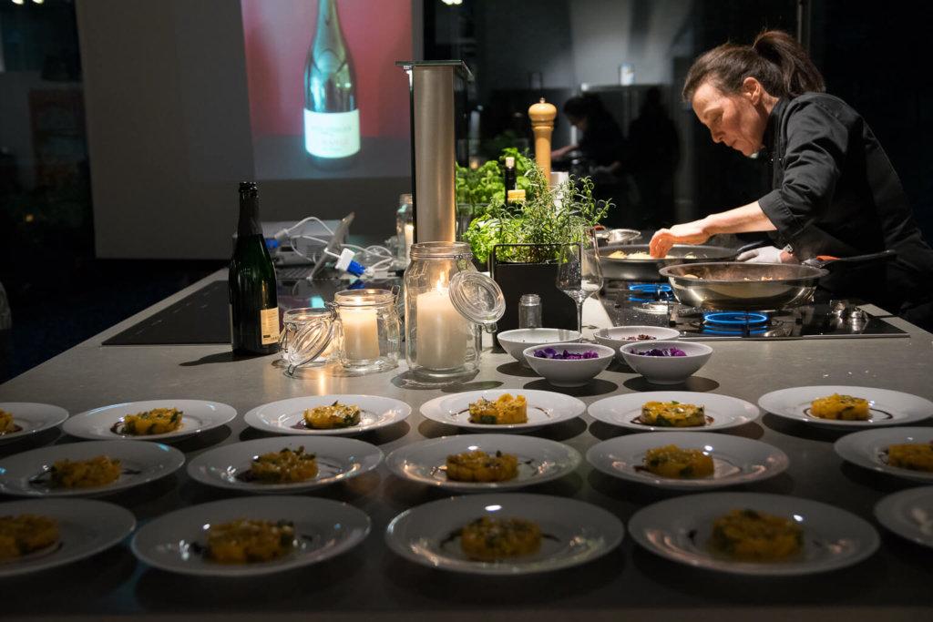 Anrichten der Teller beim Live Kochen im smegstore