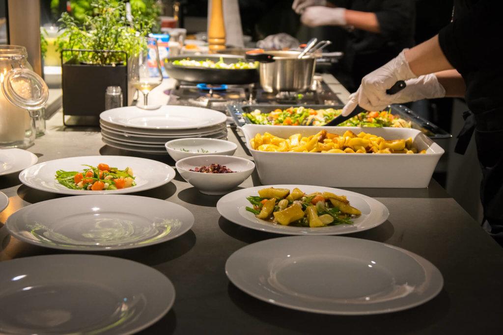 Anrichten der Teller - Kalbsrücken mit Spargel-Frühlingsgemüse, Gnocchi und Zitronengrassuppe