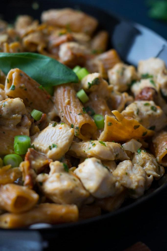 Cremige Pasta mit Hähnchen und getrockneten Tomaten