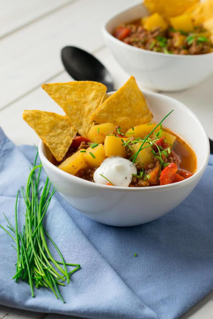 Kartoffel Paprika Hackfleisch Suppe mit Tortilla Chips