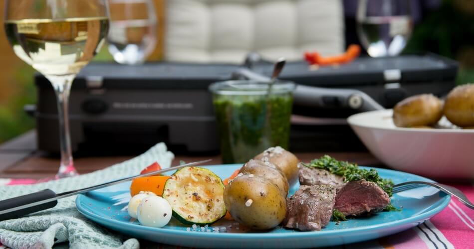 Saftige Rindersteaks mit Chimichurri und Rosmarinkartoffeln vom Grill