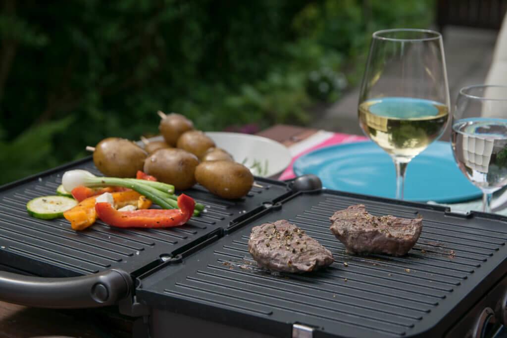 Grillen im Sommer mit Steak und Chimichurri