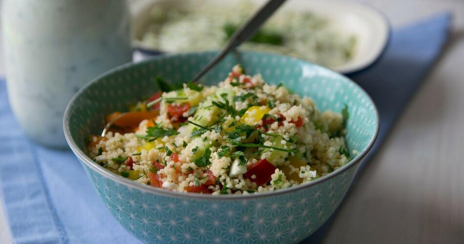 Vegetarischer Couscous Salat mit Zitronen Joghurt Dressing