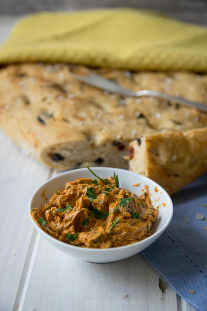 Weiches Tomaten Oliven Focaccia mit feuriger Knoblauch Butter