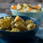 Kartoffelsalat mit Eiern und einer leckeren Senfvinaigrette. Das Rezept ist so einfach wie genial, schmeckt unglaublich lecker und passt perfekt zum Grillen