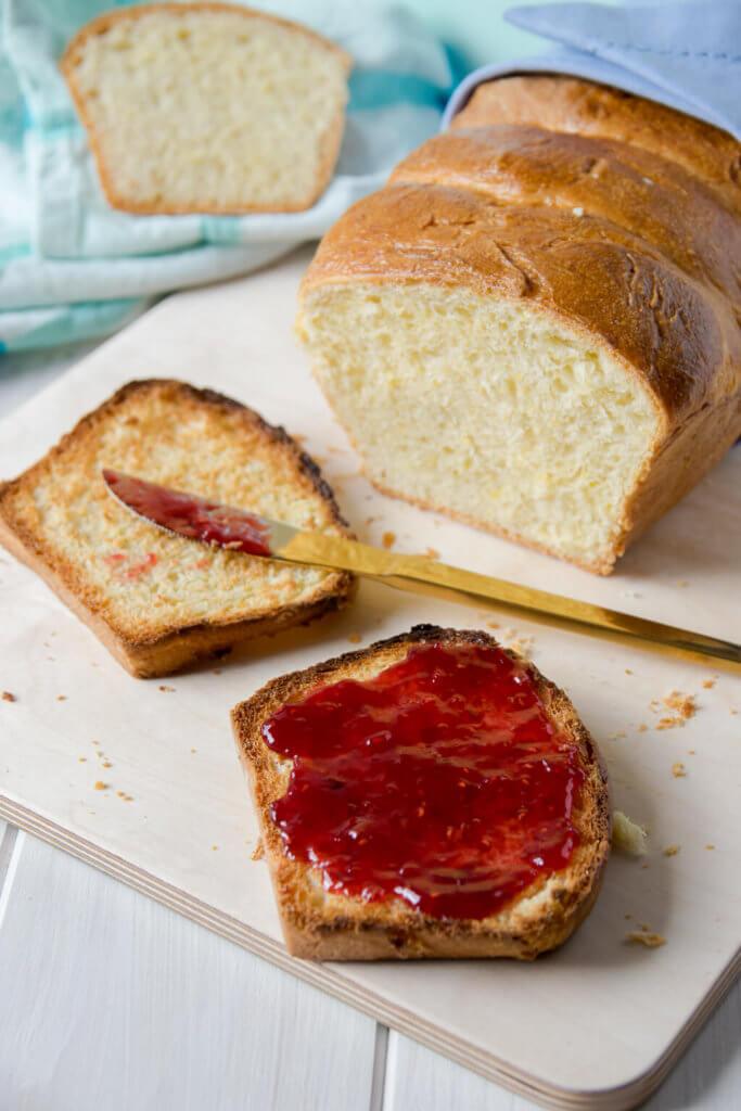 Toastbrot mit Marmelade zum Frühstück