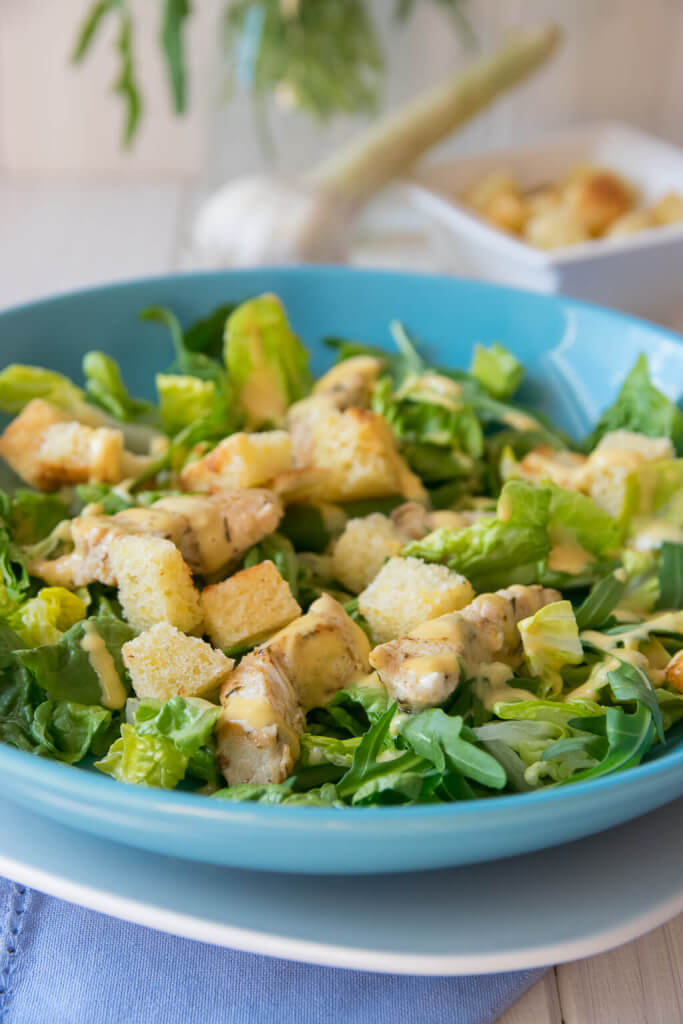 Caesar Salat mit Knoblauch Croutons
