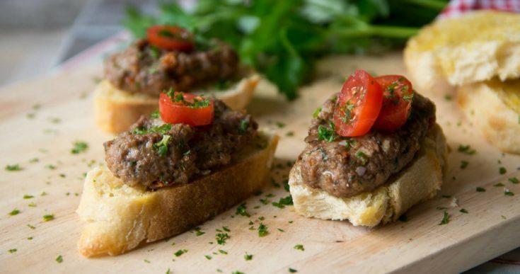Geröstete Brotscheiben und Hackfleisch Bällchen